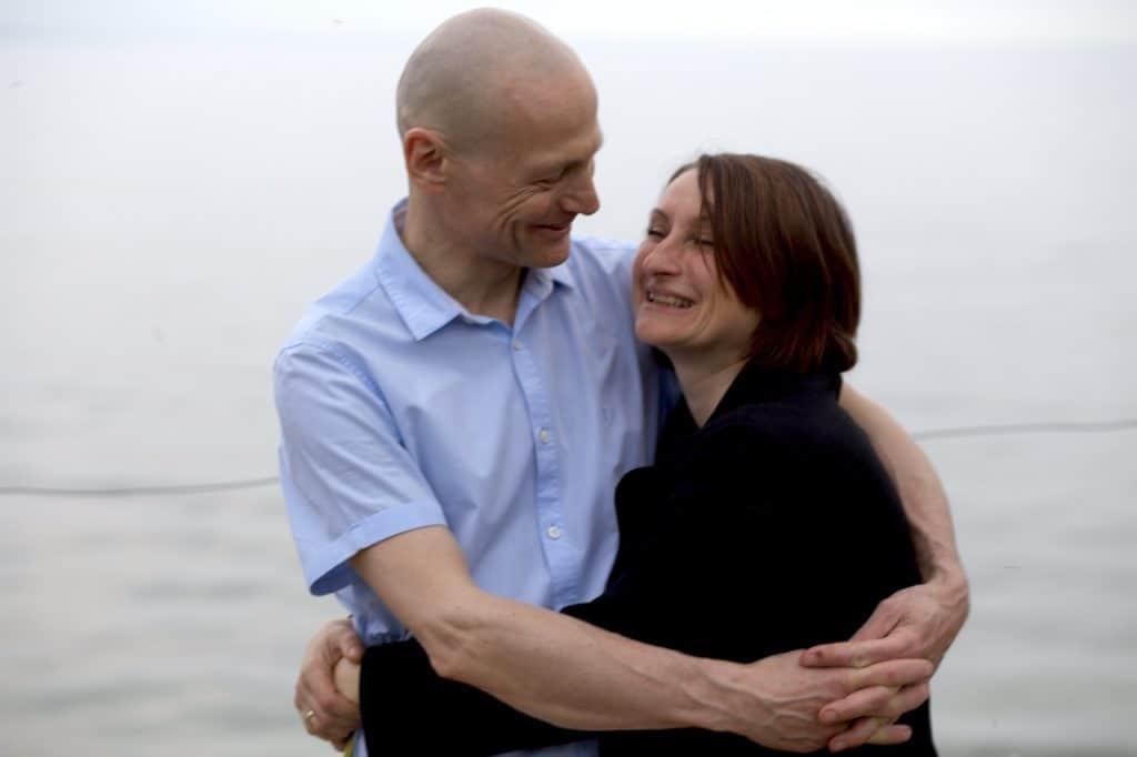 Seelenpartner umarmen sich